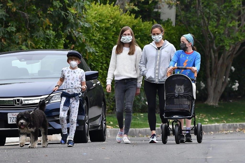 Jennifer Garner paseando a su Gato Minino Cucu en un carrito de bebé.
