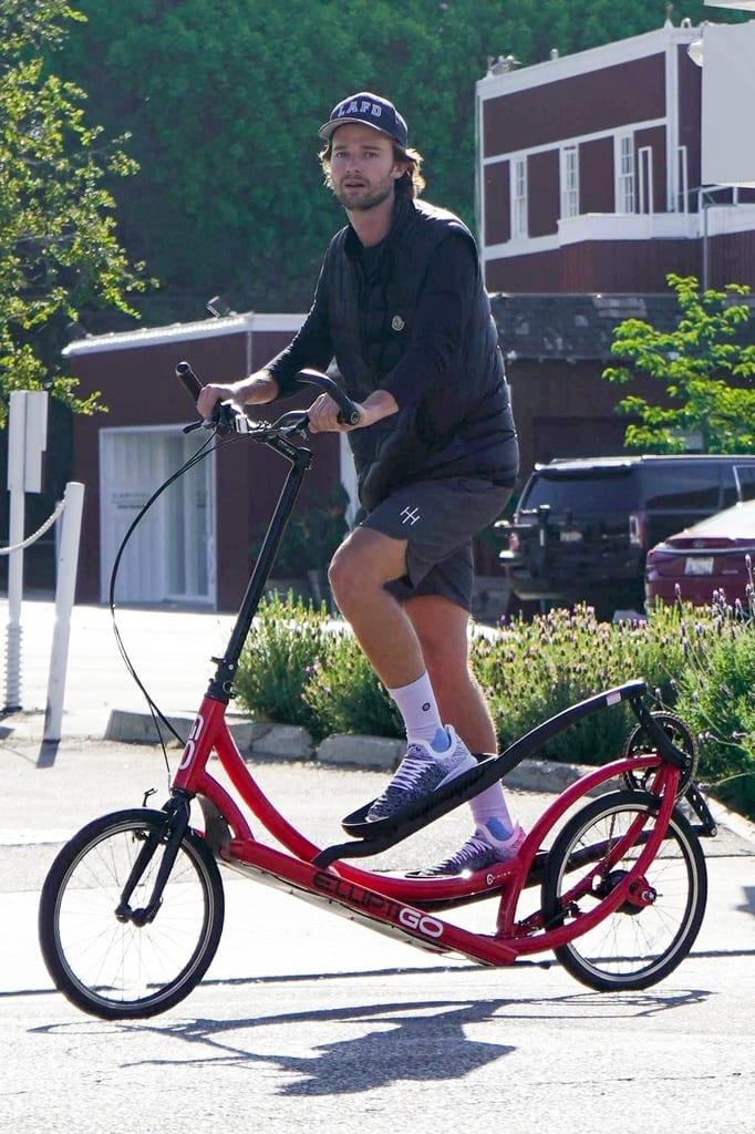 Patrick Schwarzenegger montando en Bici elíptica