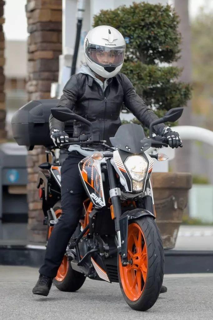 Halle Berry en moto