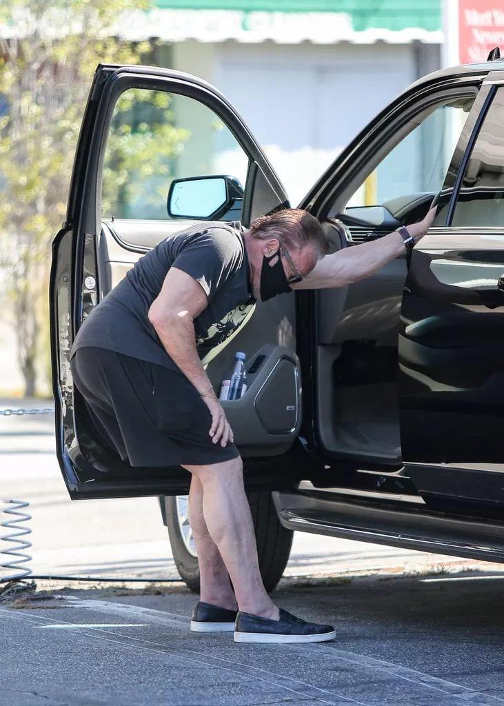 Arnold Schwarzenegger decide que ya no quiere ese coche y lo quiere tumbar de lado