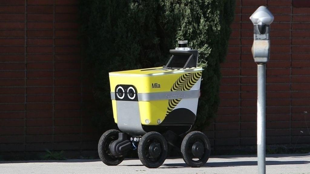 Un robot mensajero paseando por Los Ángeles