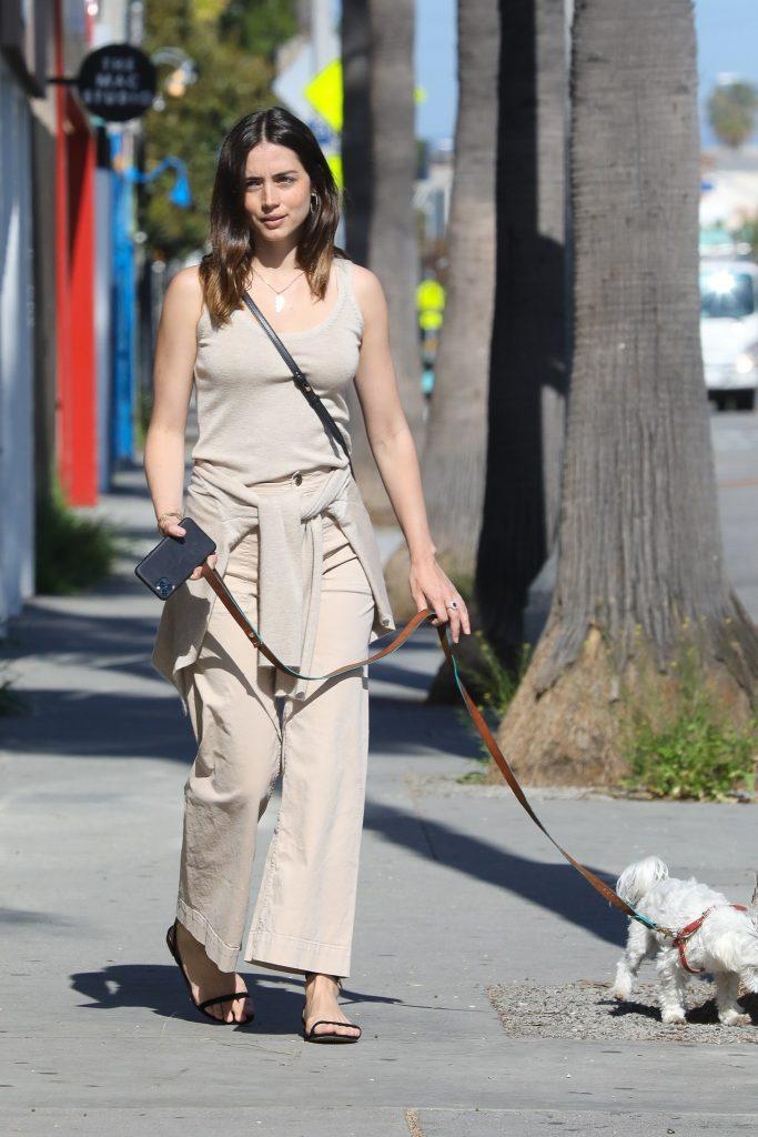 Ana de Armas paseando por Los Ángeles en chanclas