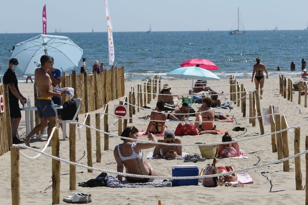 Gente disfrutando de la playa delimitada