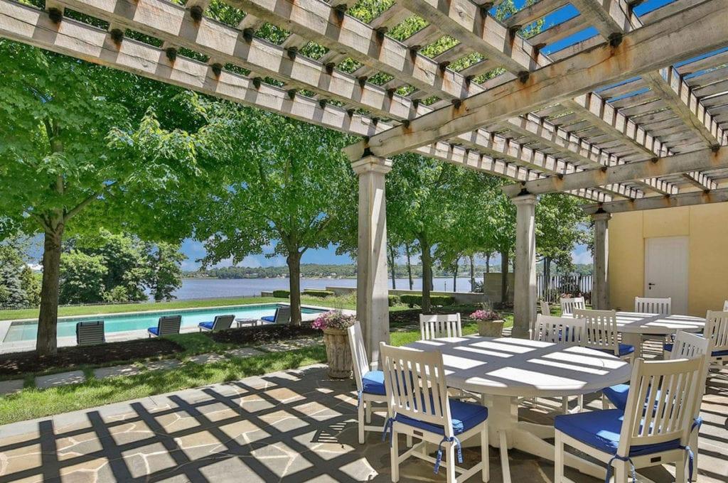 La casa de Jon Bon Jovi cuenta con una gran piscina en el exterior.