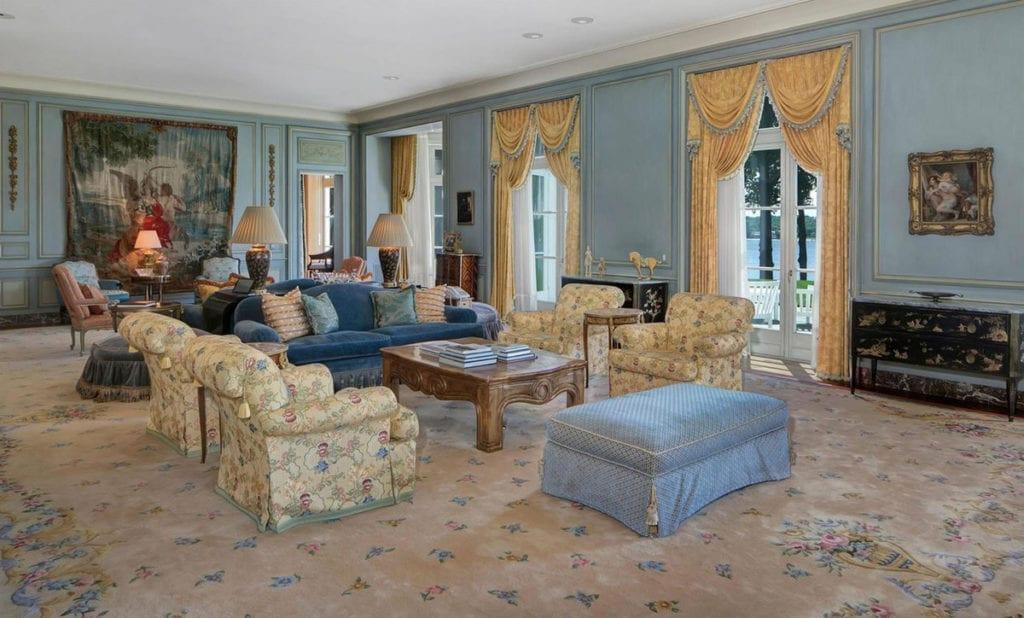 El salón de la casa de Jon Bon Jovi tiene una decoración muy recargada.