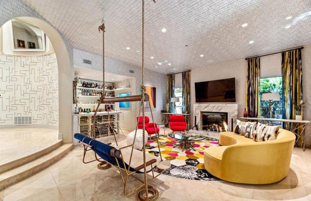 La sala de estar de la casa de Kaley Cuoco cuenta con todos los detalles.