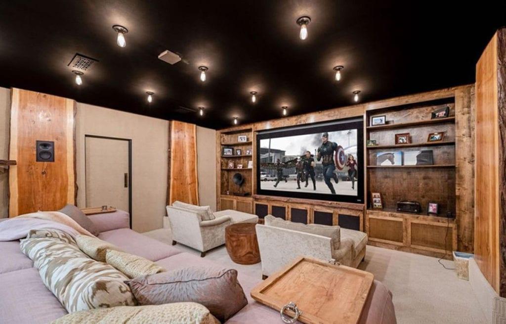 La sala de cine de la casa de Kaley Cuoco.