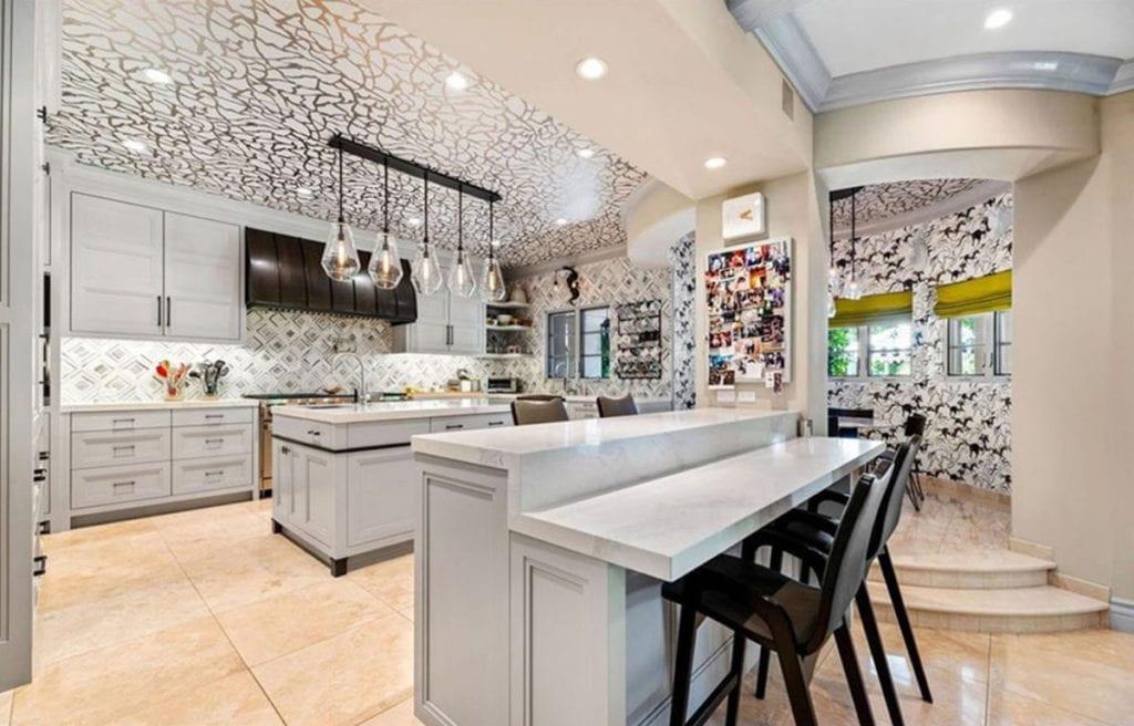 La cocina de la casa de Kaley Cuoco.