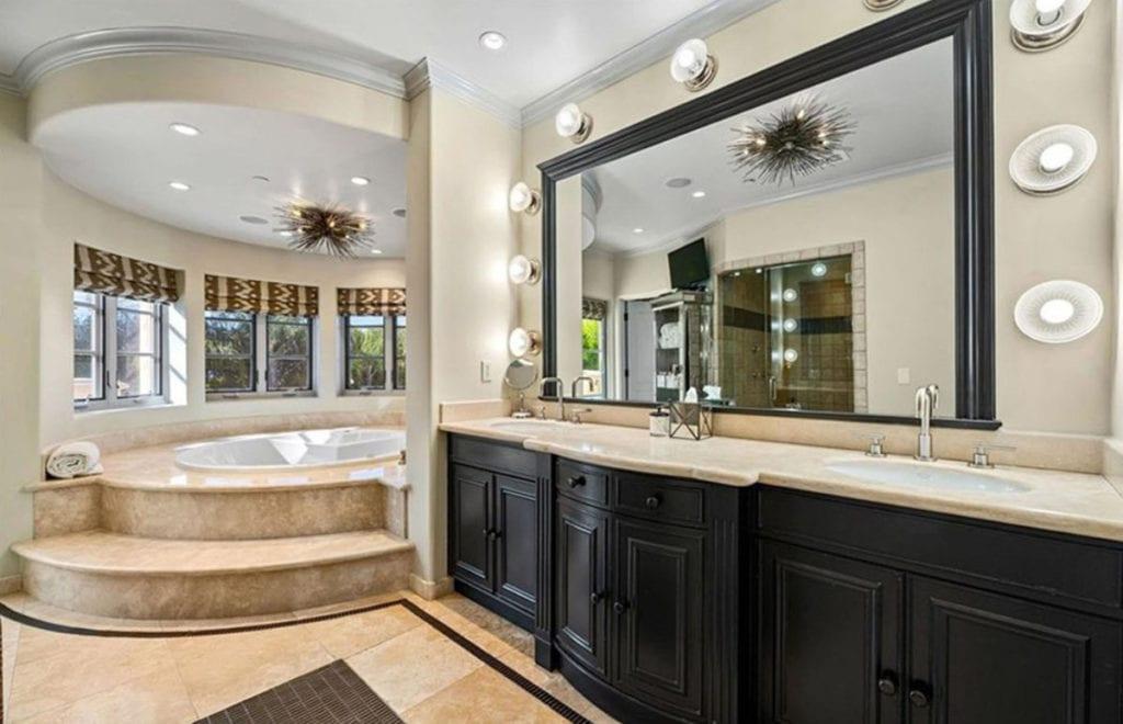 Una increíble bañera preside el cuarto de baño de la casa de Kaley Cuoco.