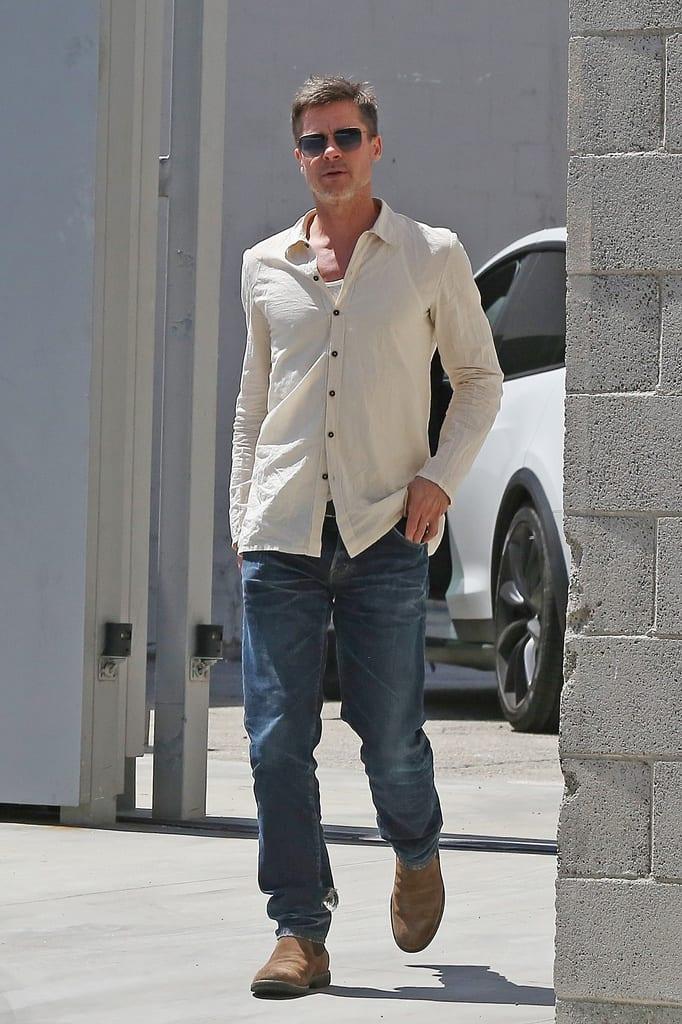 Brad Pitt andando por la calla
