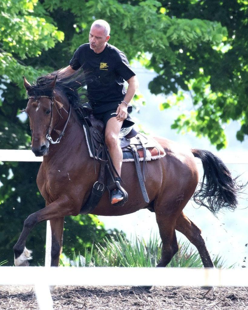 Galería de famosos: Eros Ramazzotti a caballo