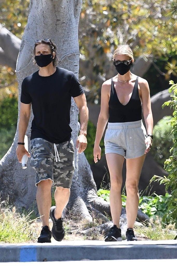 Galería de famosos: el paseo enmascarado de Gwyneth Paltrow y su marido