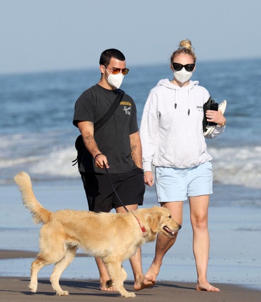 Galería de famosos: Sophie Turner y Joe Jonas de paseo por la playa