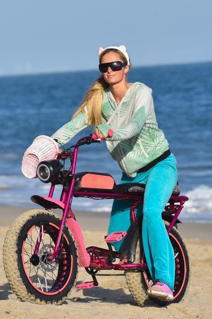 Galería de famosos: Paris Hilton con su nueva bicicleta