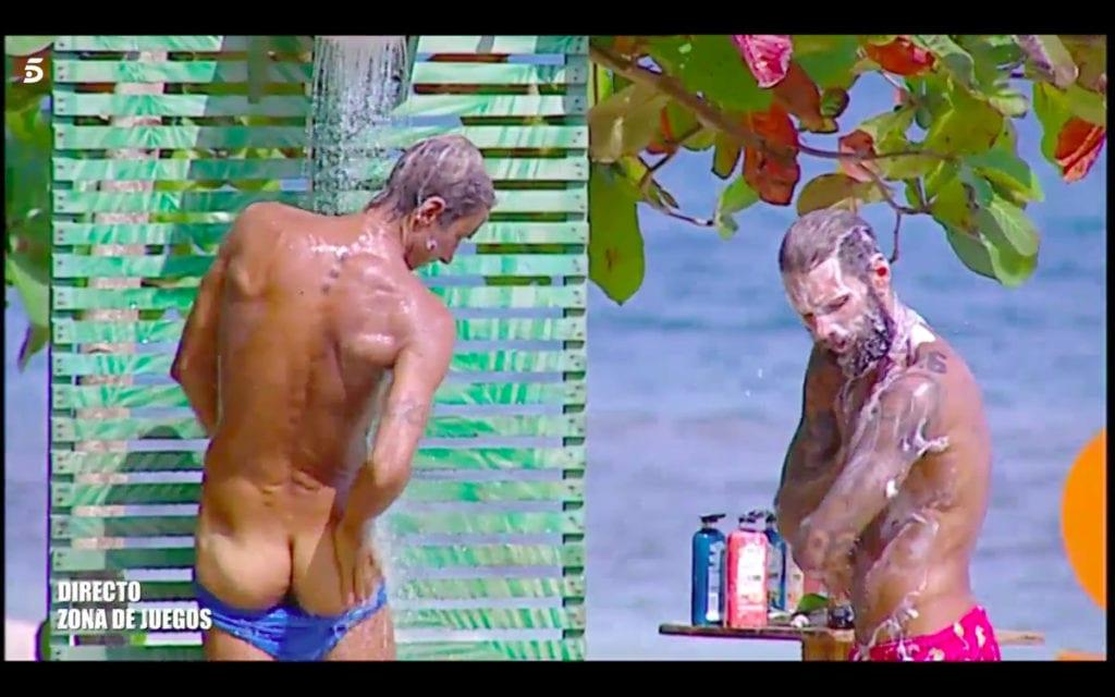 Hugo y Barranco enseñan el trasero mientras se duchan