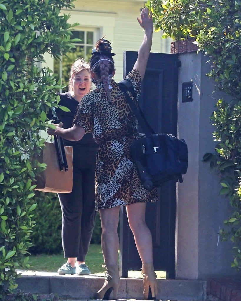 Lena Dunham esperando la visita de sus amigas en su 34 cumpleaños