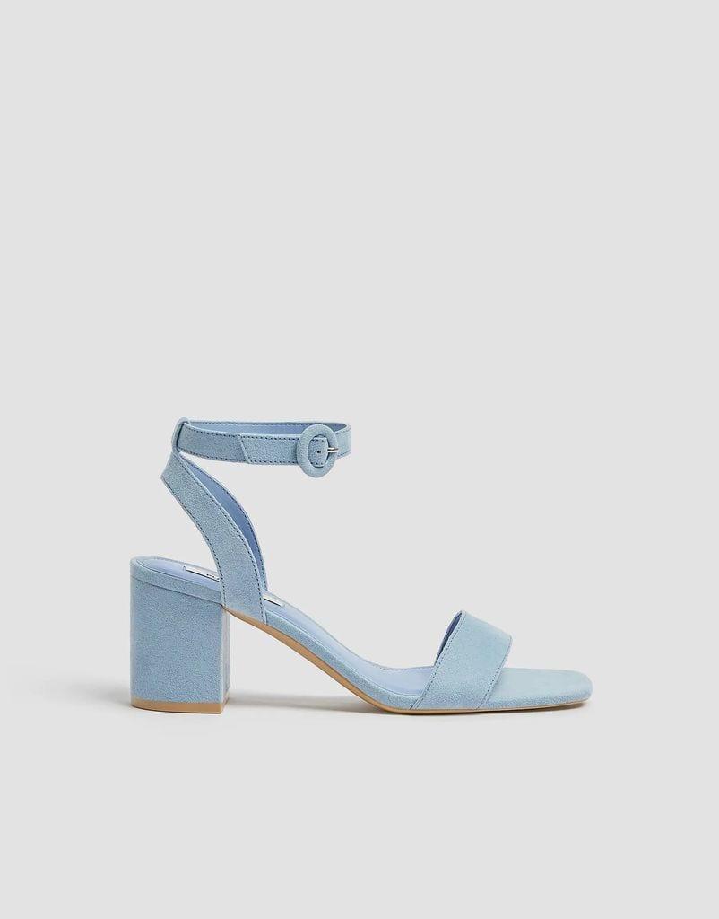 Sandalia en color azul de Pull & Bear.