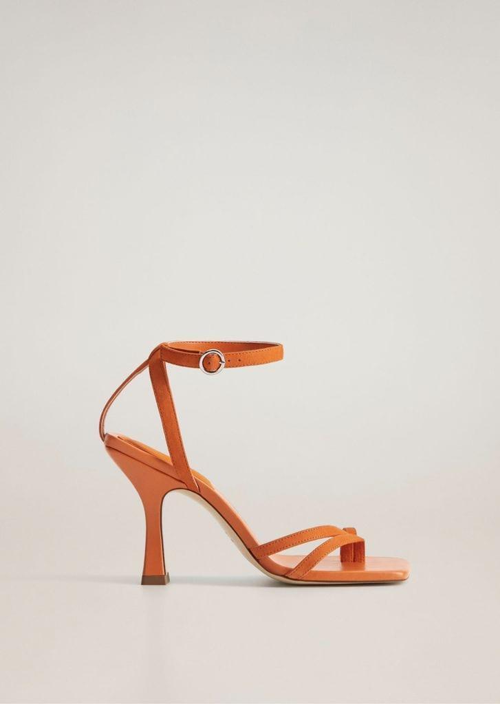 Sandalia en color naranja de Mango.