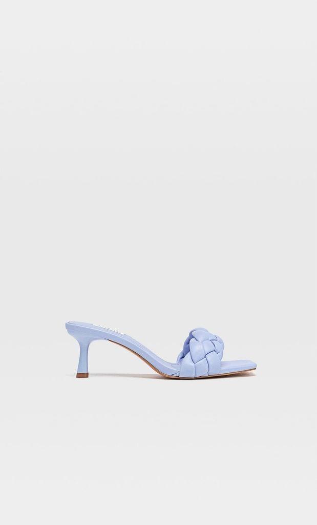 Sandalia trenzada en color azul de Stradivarius