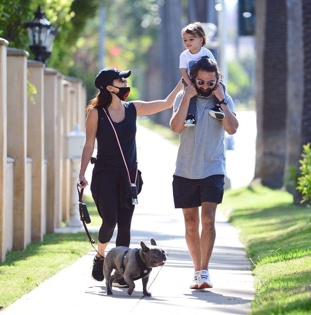 La familia de Eva Longoria paseando por el parque