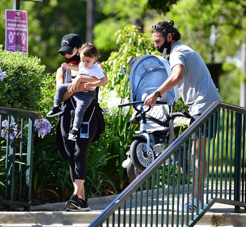 Eva Longoria, su marido y su hijo de paseo por el parque