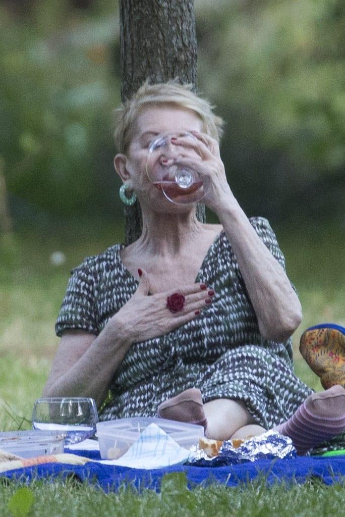 Karmele bebiendo en el parque de El Retiro de Madrid