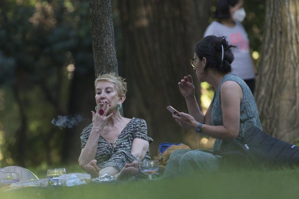 Karmele fumando un cigarro en El Parque de El Retiro
