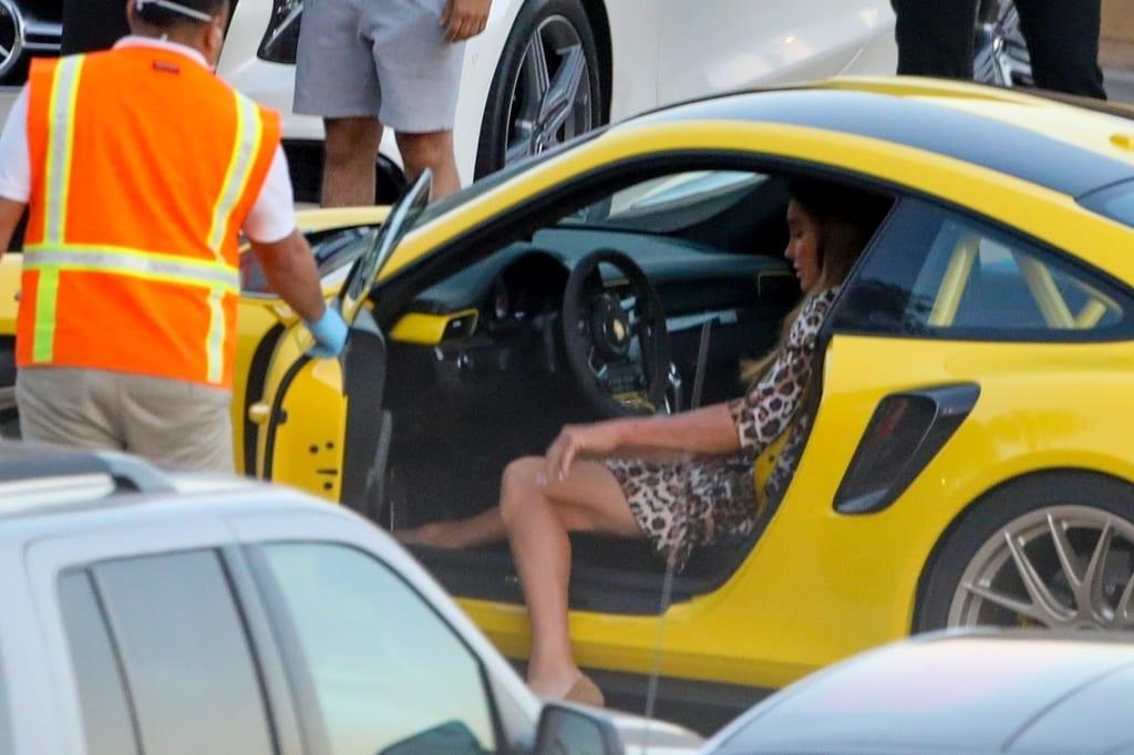 Caitlyn Jenner intenta salir de su Porsche.
