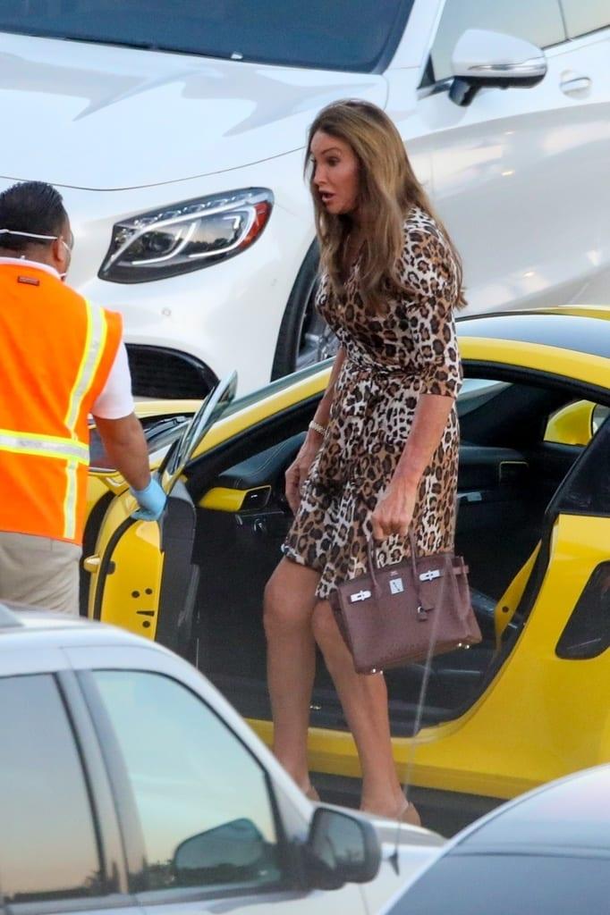 Caitlyn Jenner saliendo de su Porsche.