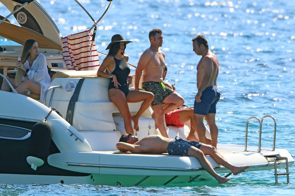 Fonsi Nieto y Laura Matamoros en Ibiza con amigos y parejas.