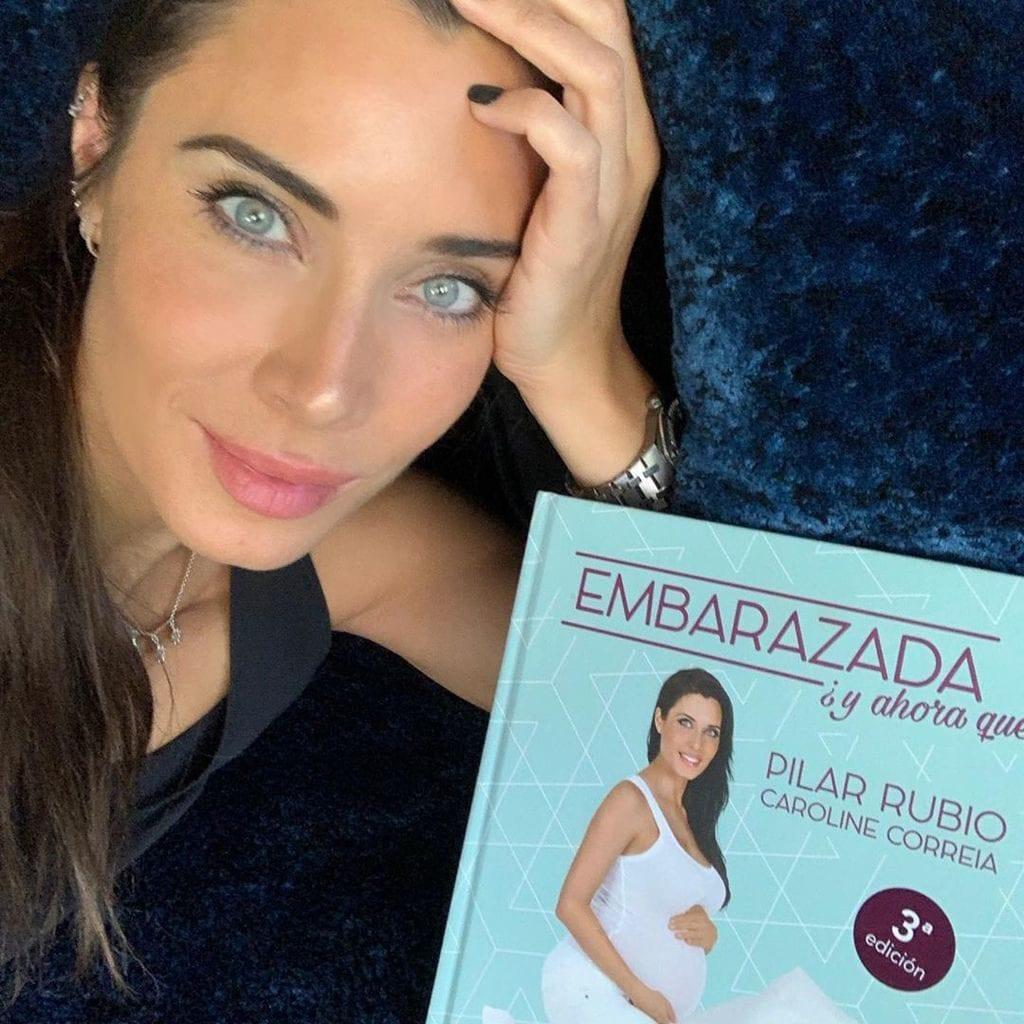 Pilar Rubio con su libro