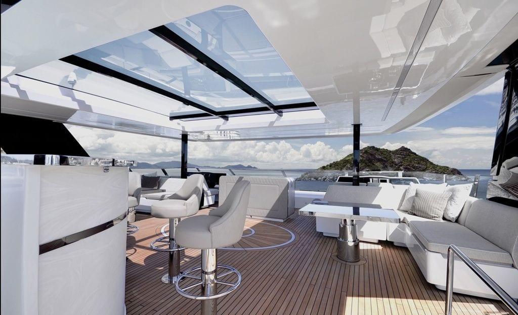 Interior del catamarán de Rafa Nadal