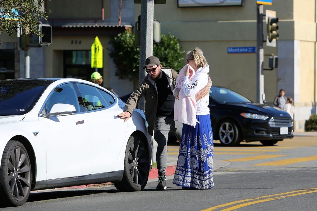 Kate Hudson en su Tesla