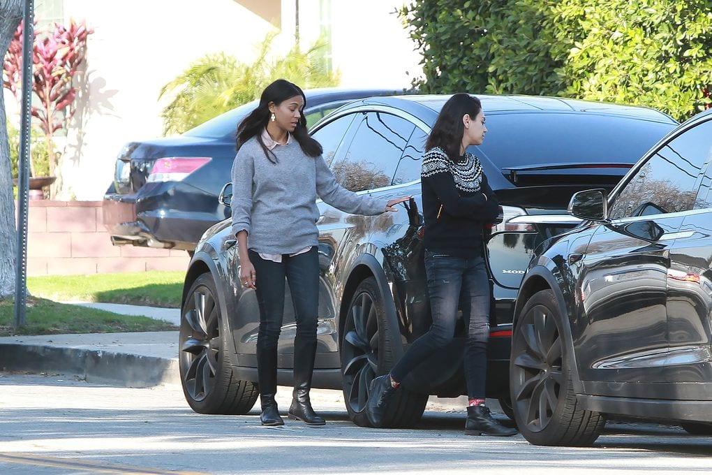 Mila Kunis y Zoe Saldana en su Tesla