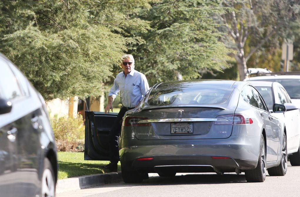 Harrison Ford en su Tesla.