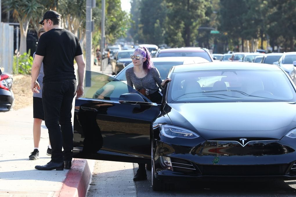 Elon Musk y Grimes en un Tesla