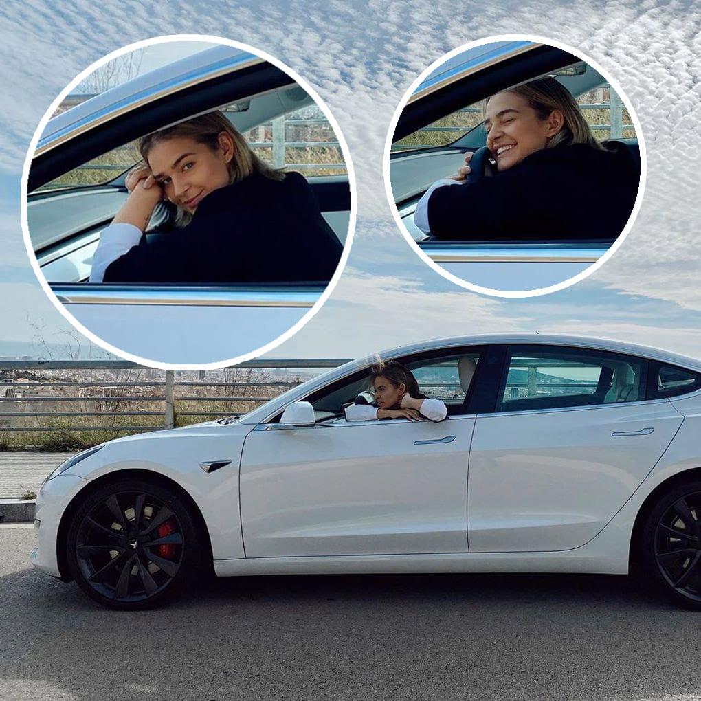 Laura Escanes en su Tesla.