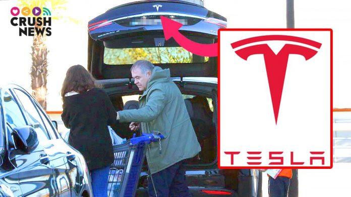 Ferreras haciendo la compra con su Tesla