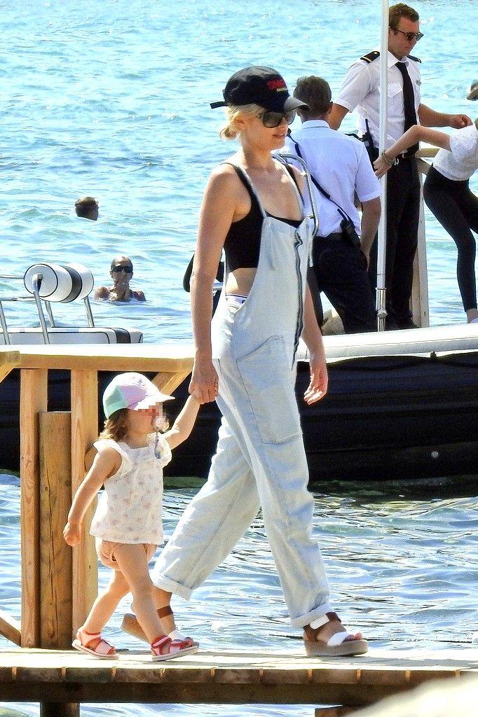 Adriana Abenia con la familia en Ibiza