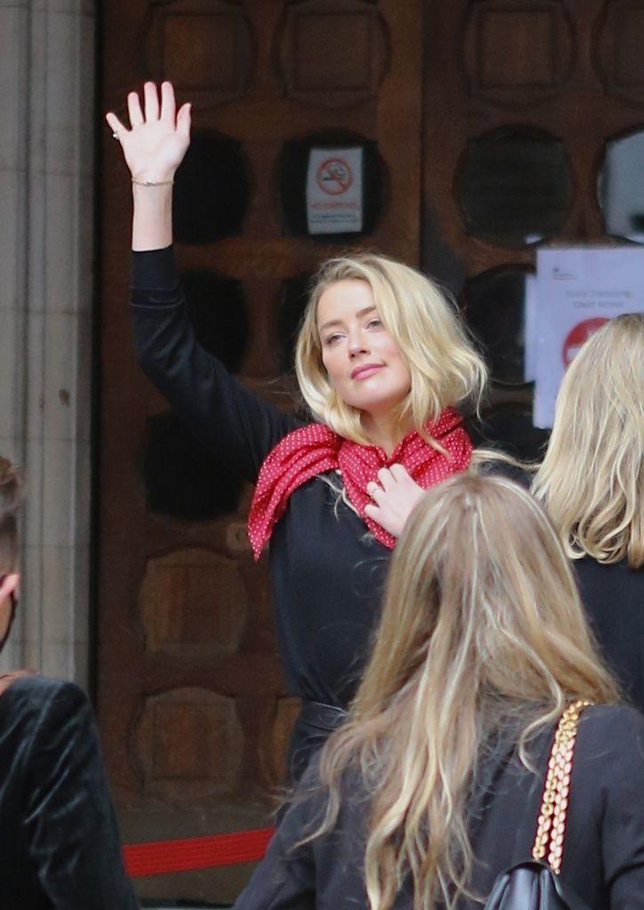 Amber Heard saludando a la entrada de los juzgados