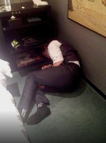 Johnny Depp borracho en el suelo