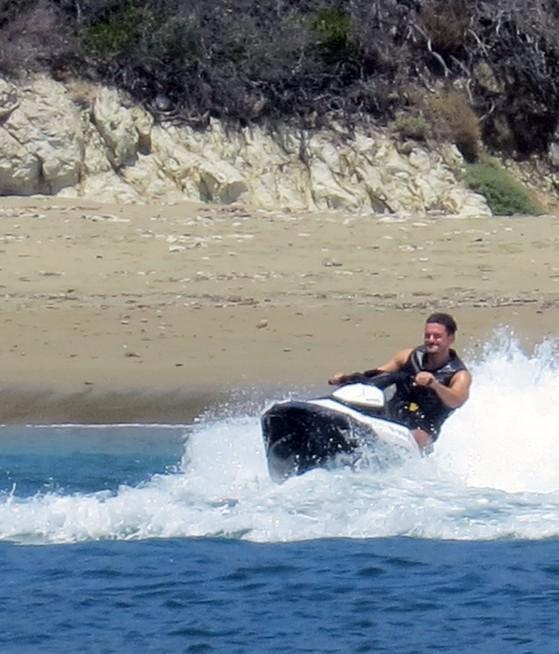 Orlando Bloom  subido a una moto acuática.