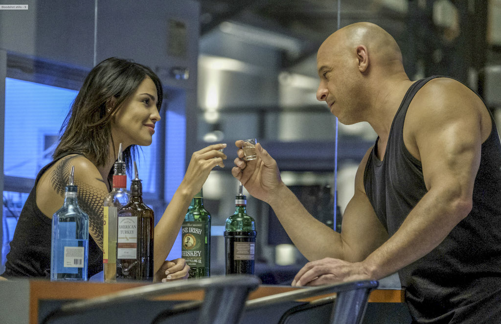 Eiza González y Vin Diesel en Bloodshot.