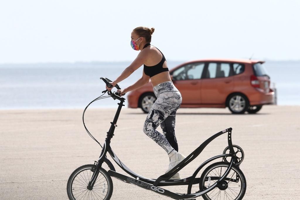 Jennifer Lopez en bicicleta.