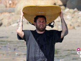 Jonah Hill haciendo surf.