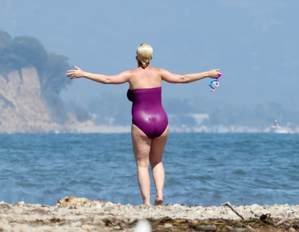 Katy Perry luce tripita en la playa.