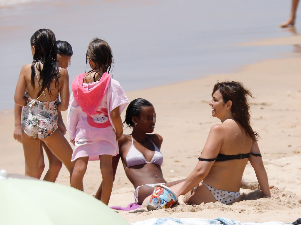 Melanie Olivares con sus hijos en la playa