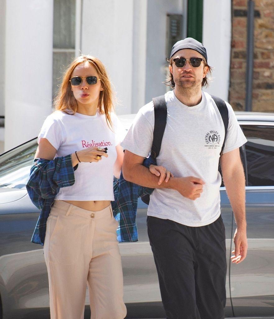 Robert Pattinson y Suki Waterhouse por Londres.