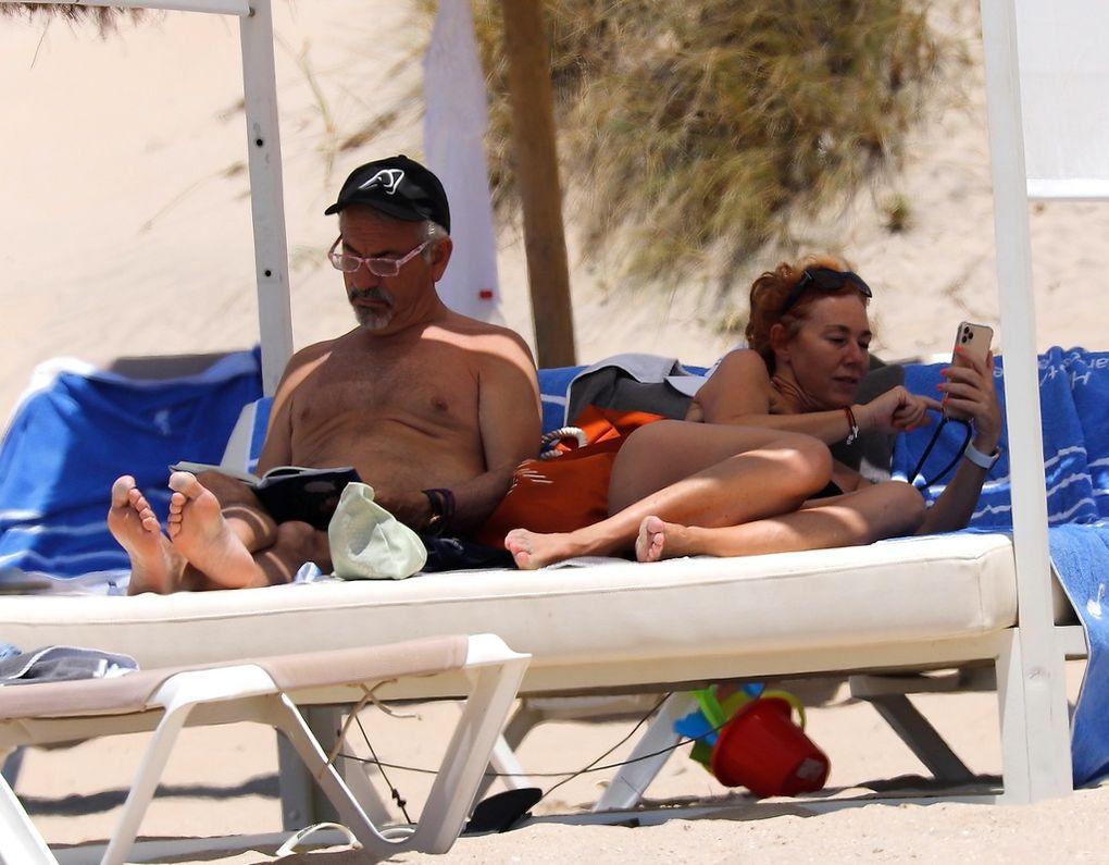 Carlos sobera en la playa leyendo un libro