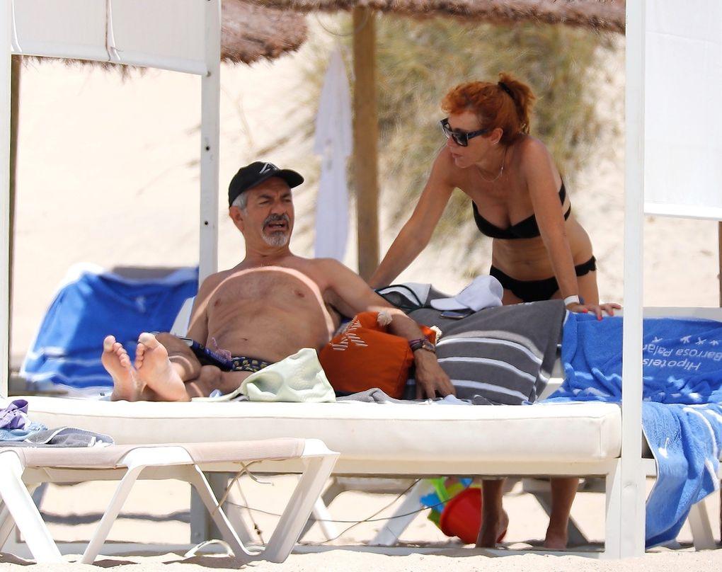 Carlos Sobera en la playa con su mujer